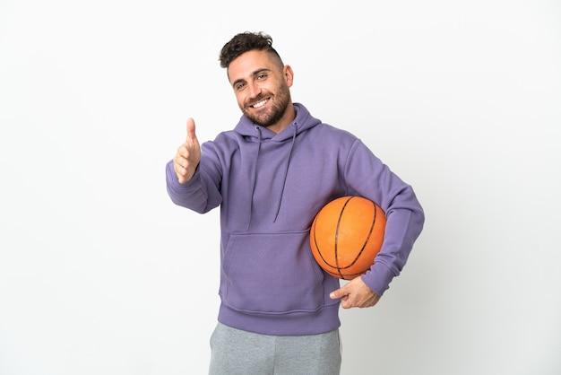 かなり閉じるために握手する白い背景で隔離のバスケットボール選手の男