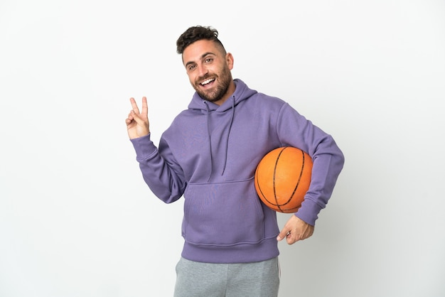 농구 선수 남자 웃 고 승리 기호를 보여주는 흰색 배경에 고립