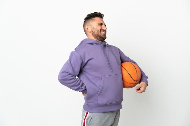 Человек баскетболиста изолирован на белом фоне страдает от боли в спине за то, что приложил усилие