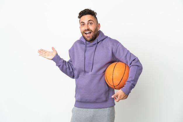 충격 된 표정으로 흰색 배경에 고립 된 농구 선수 남자
