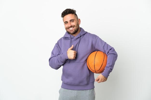 제스처를 엄지 손가락을주는 흰색 절연 농구 선수 남자