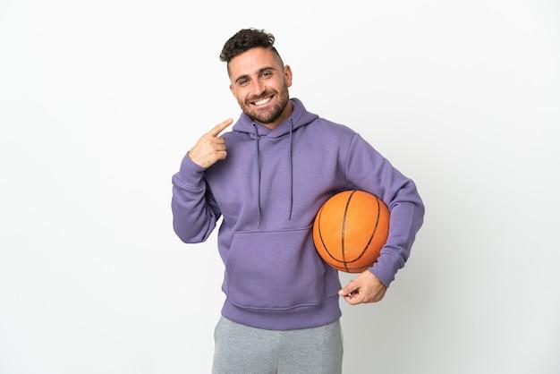 親指を立てるジェスチャーを与える白で隔離のバスケットボール選手の男