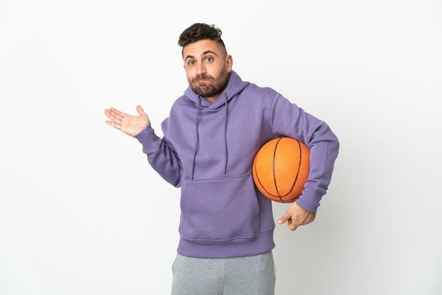 손을 올리는 동안 의심을 갖는 흰색에 고립 된 농구 선수 남자