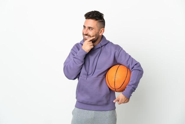 농구 선수 남자 흰색 측면을보고 웃 고 절연