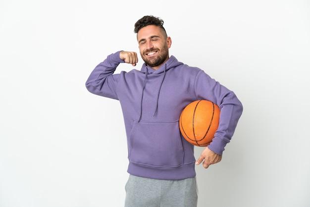 강한 제스처를 하 고 흰 벽에 고립 된 농구 선수 남자