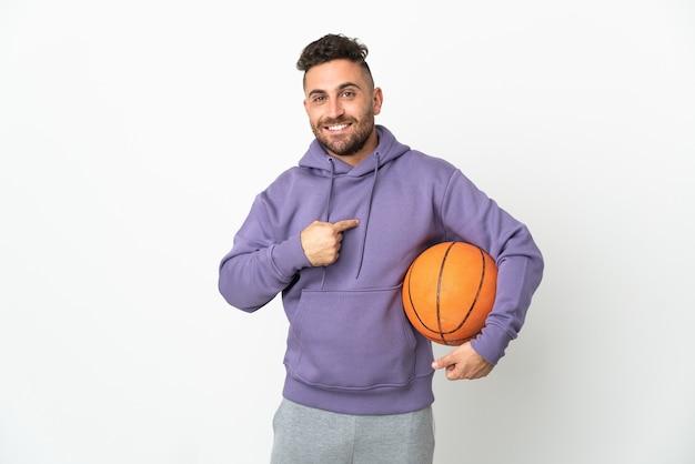 놀라운 표정으로 흰 벽에 고립 된 농구 선수 남자
