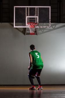 경기장에서 경쟁 게임 스포츠를 위해 촬영하는 농구 선수.