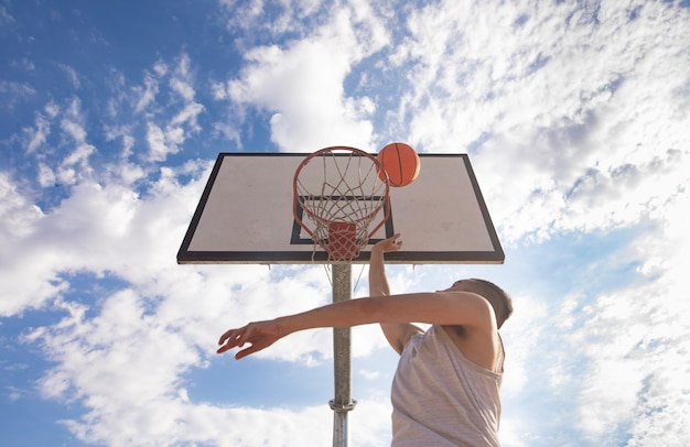 이웃 법원에 바구니에 촬영 농구 선수