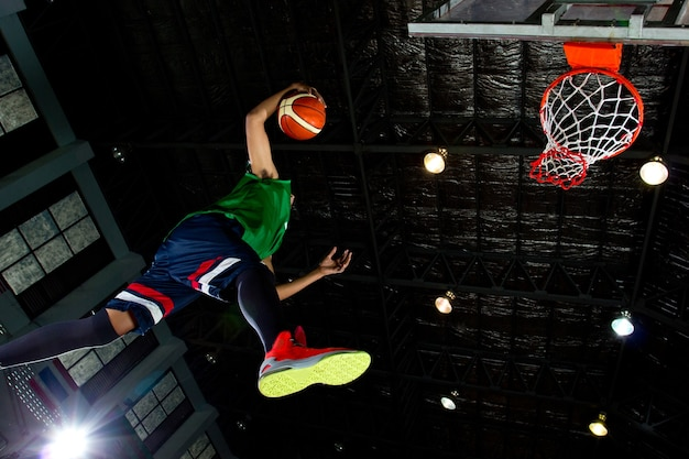 Баскетболист бросил данк в игре.