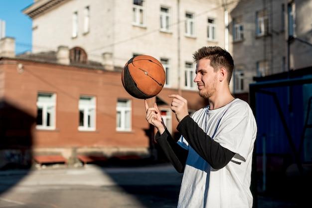 Баскетболист крутит мяч на пальце