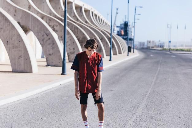 通りに立つバスケットボール選手