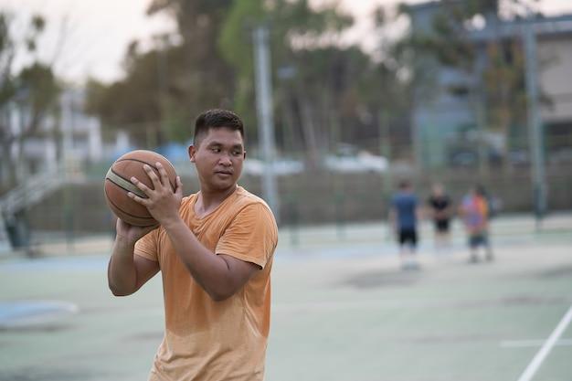 농구 선수 훈련 및 지역 법원에서 야외 운동
