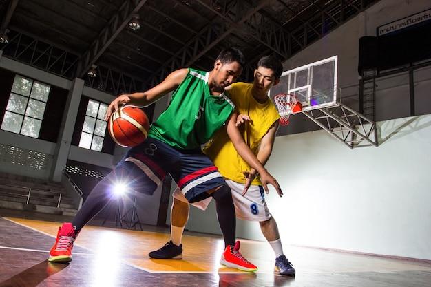 Соревнования баскетболистов игрового вида спорта на стадионе.