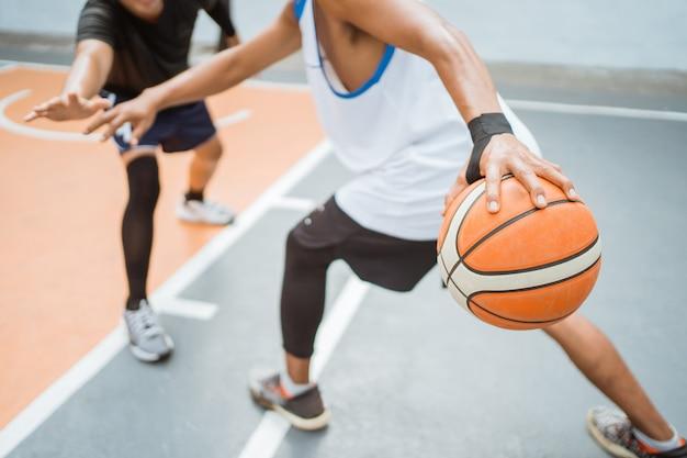 高いドリブル技術でボールを運ぶバスケットボール選手の手