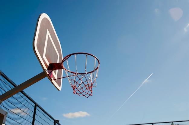Баскетбольное красное кольцо на фоне голубого неба