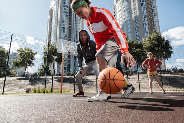 농구 규칙. 농구 경기를하는 동안 공을보고 낚시를 좋아하는 젊은 사람들