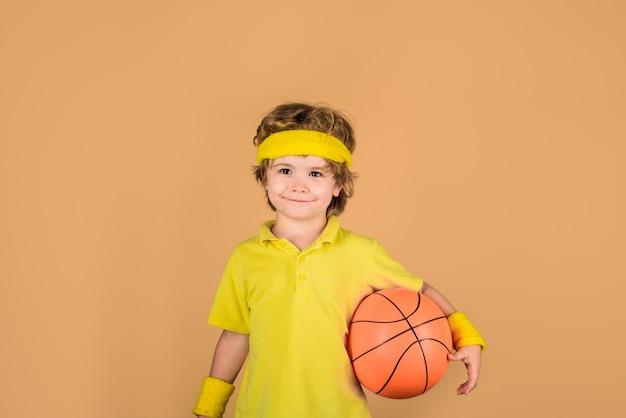 バスケットボールトレーニングアクティブスポーツライフスタイルスポーツゲーム子供の活動小さなバスケットボール選手のスポーツ