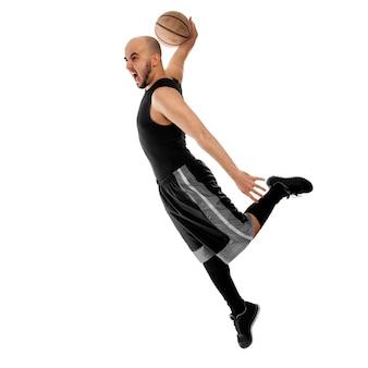 Баскетболист делает бросок на белом