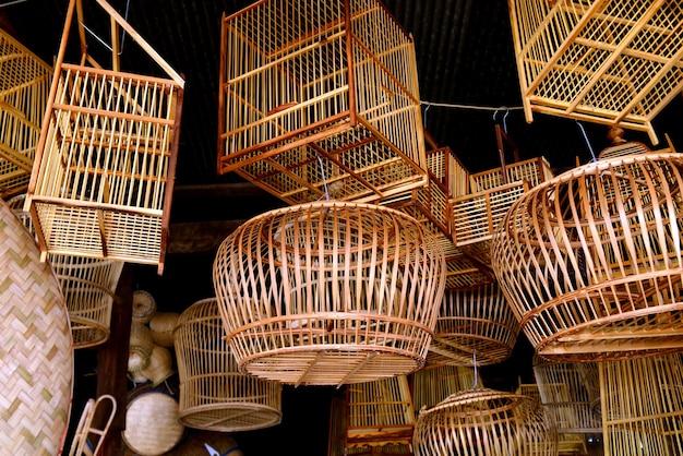 タイの自然な手作りの竹からのバスケットワーク