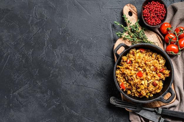 Рис басмати, приготовленный с жареным яйцом и специями.