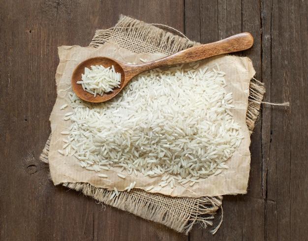 갈색 나무 테이블 상단보기에 스푼으로 basmati 쌀