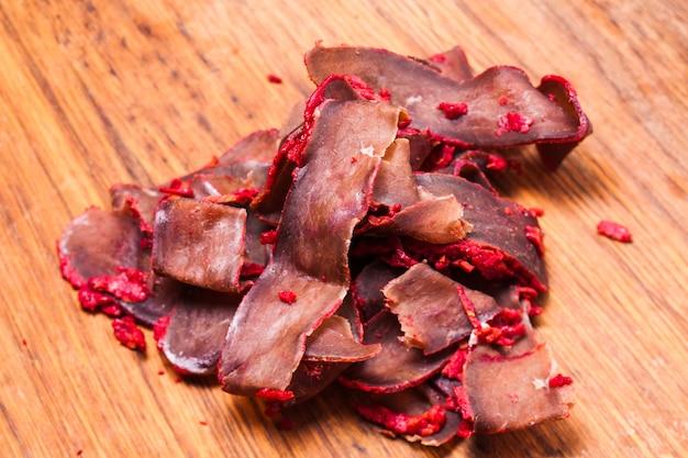 Бастурма - вяленое мясо свинины с перцем на деревянной доске