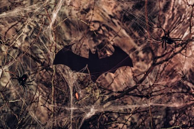 ハロウィーンのコウモリとクモの巣の背景