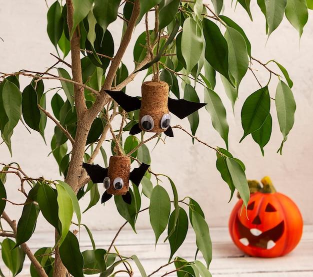 ハロウィーンの休日のためのバット、日曜大工の工芸品。