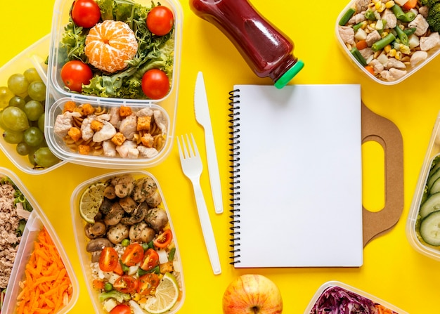 空のノートブックを使用して受信者の配置で調理されたバッチ食品