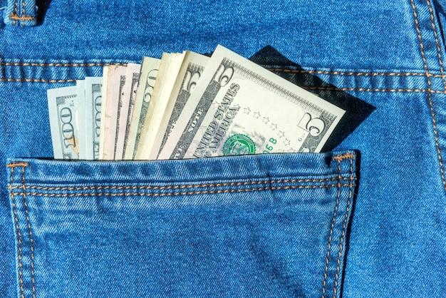 청바지 주머니 달러 현금 개념에 돈의 배치