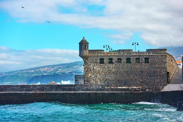 스페인 테네리페 푸에르토 데 라 크루즈 타운의 항구에 있는 바테리아 데 산타 바바라 요새