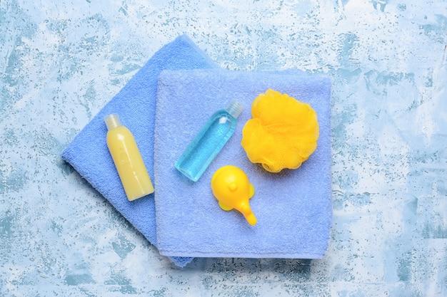 색상 배경에 아기 목욕 액세서리
