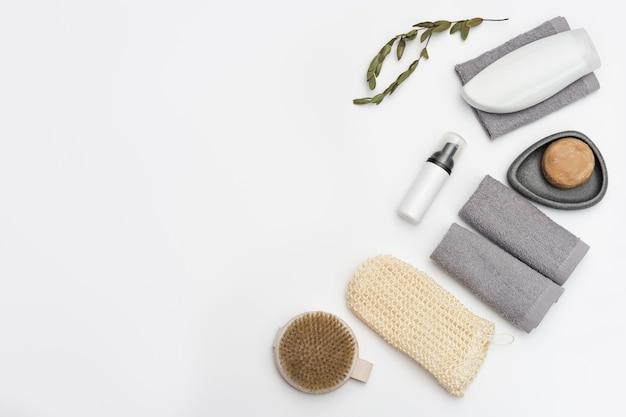 천연 소재로 만든 목욕 용품, 욕실 용 쓰레기 제로 세트, 젤 또는 샴푸가 담긴 병, 비누, 나무 빗, 수건
