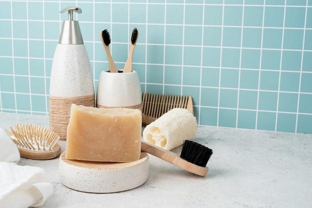 대나무 브러쉬, 수제 비누, 디스펜서 및 목욕 선반에 천연 브러쉬가있는 목욕 액세서리, 정면도
