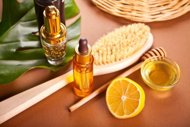 Персональные аксессуары hugiene для ванны и салона красоты на коричневом фоне