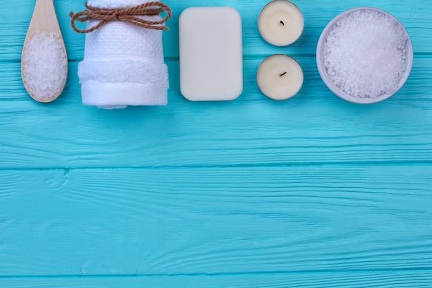 Аксессуары для ванны и спа на синем дереве и копировальном пространстве. плоский вид сверху.