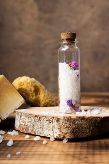 Disposizione del bagno con bottiglia di sale Foto Gratuite