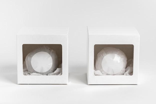 Bath bomb packaging su sfondo bianco