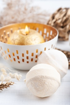 Бомбочки для ванн и зажженные ароматические свечи