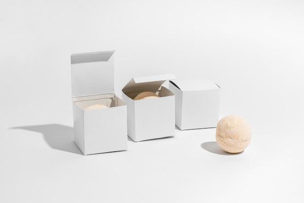 Disposizione bombe da bagno con scatole chiuse e aperte