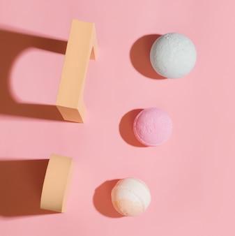 분홍색 배경에 다양한 색상의 목욕 폭탄