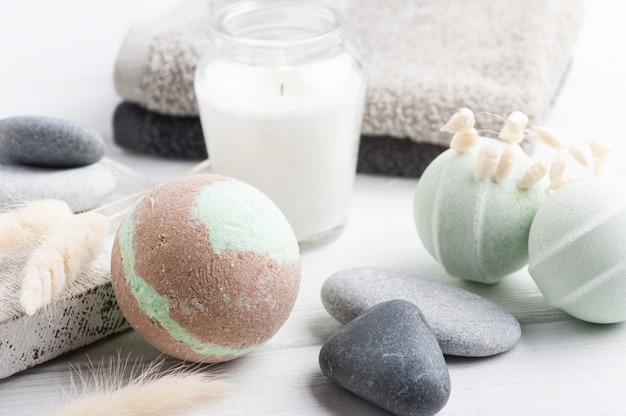Бомбочки для ванн с зажженными свечами и полотенцами