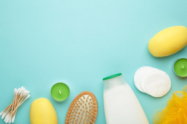 在蓝色墙壁上的浴产品有拷贝空间的。淋浴凝胶配芳香盐,肥皂和其他化妆品。