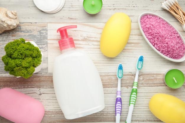在轻的墙壁上的浴产品。淋浴凝胶配芳香盐,肥皂和其他化妆品。顶视图