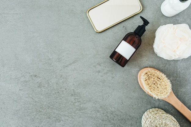 Банные принадлежности: жидкое мыло, щетка, зеркало, губка.