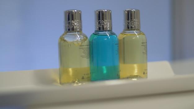Банный набор из четырех бутылок в отеле