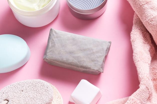 Банные принадлежности и кусок домашнего мыла на туалетном столе