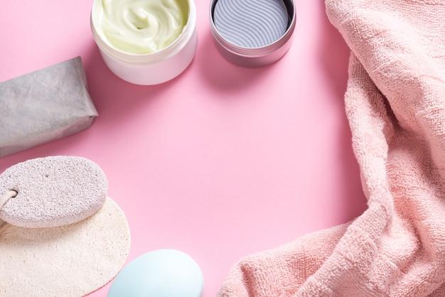 Банные принадлежности, полотенце, крем и мыло на туалетном столе