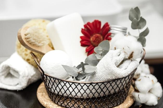목욕 수건과 목욕 폭탄과 붉은 꽃. 위생 및 건강 개념.