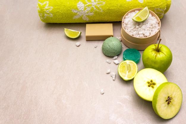 Банное полотенце, морская соль с лаймом, яблочным, оливковым и мятным мылом и губкой